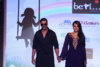 Sonakshi Sinha Walks the Ramp with Akshay Kumar at IIJW2013